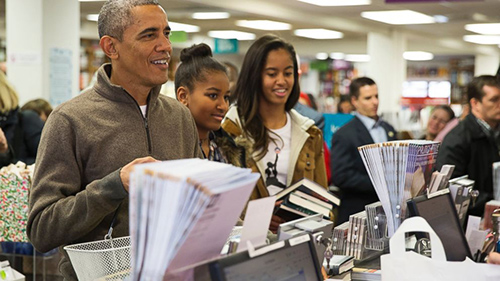 Obama buying books (AP Photo/Evan Vucci)